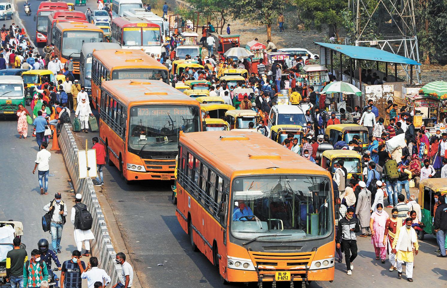 受新冠疫情嚴重衝擊,去年印度中產階級人數減少了3200萬人。圖為擁擠的印度新德里街頭。路透社資料圖片