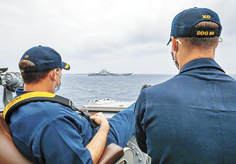 圖為美國驅逐艦「馬斯廷」號指揮官近距離監視遼寧艦。但不久這張照片陸續自美軍相關網站中刪除。中新社資料圖片/網上圖片