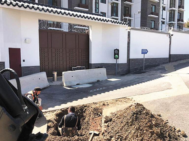 中國駐土耳其大使館門口前水管施工,令土耳其媒體誤會為大使館遭土耳其停水。網上圖片