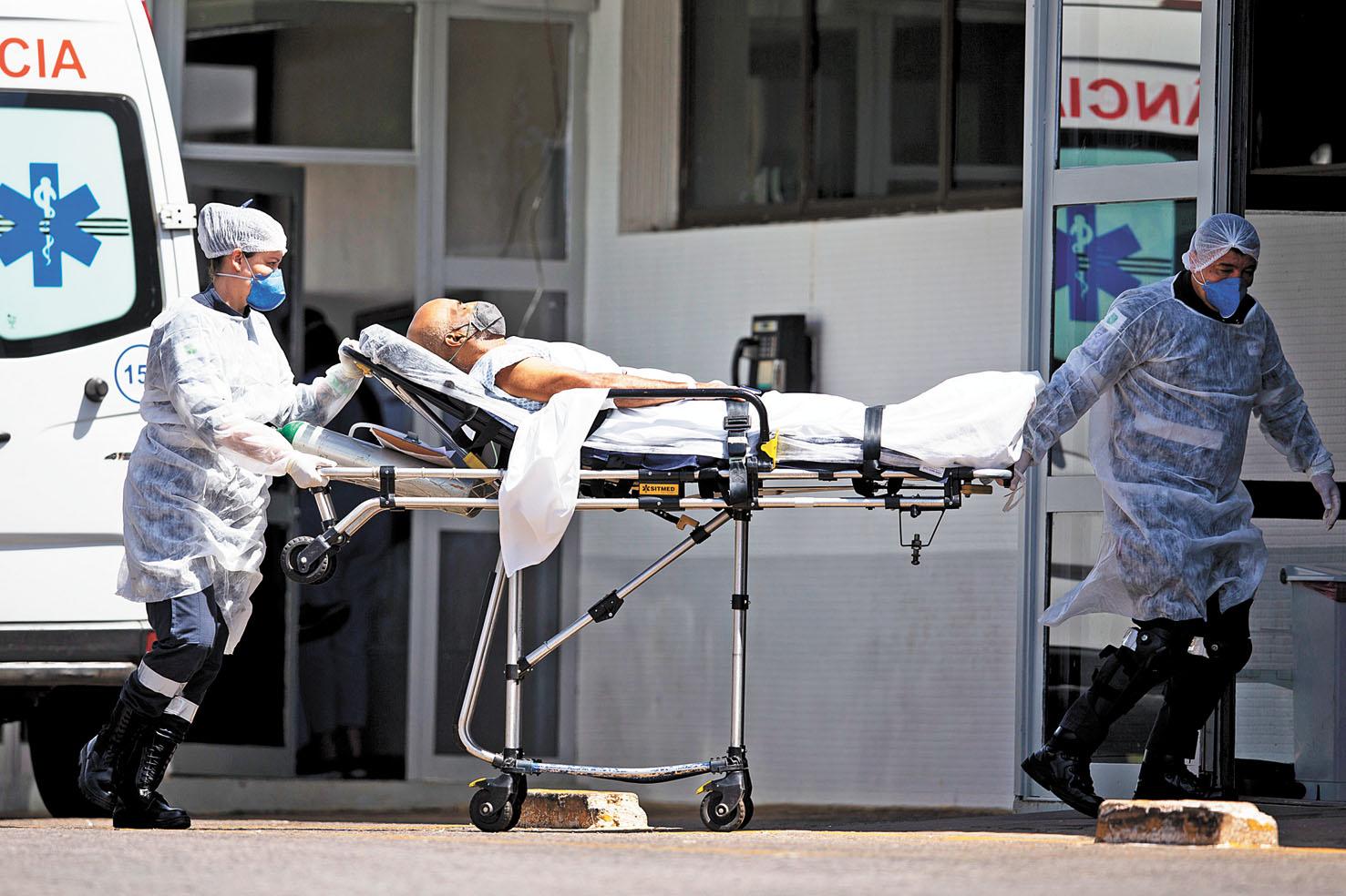 圖為巴西醫務人員移送新冠患者。 新華社資料圖片