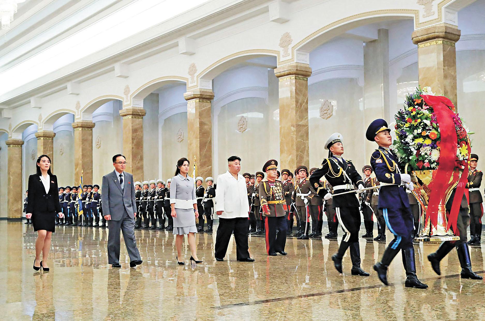 金正恩(左四)攜夫人李雪主(左三)、朝鮮勞動黨宣傳鼓動部副部長金與正(左一)、黨組織書記趙勇元(左二)和軍總參謀長朴正川(左五)參謁錦繡山太陽宮。法新社