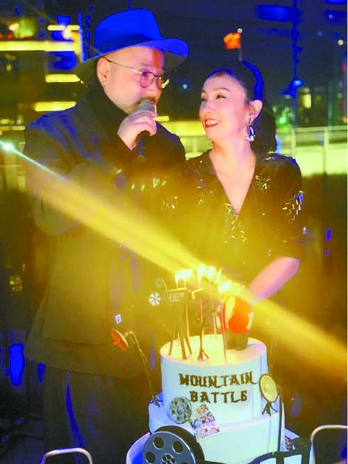 ■陶虹與徐崢一同站在蛋 糕前。 網上圖片
