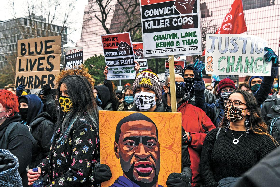 在明尼阿波利斯,民眾19日在法院外抗議。法新社