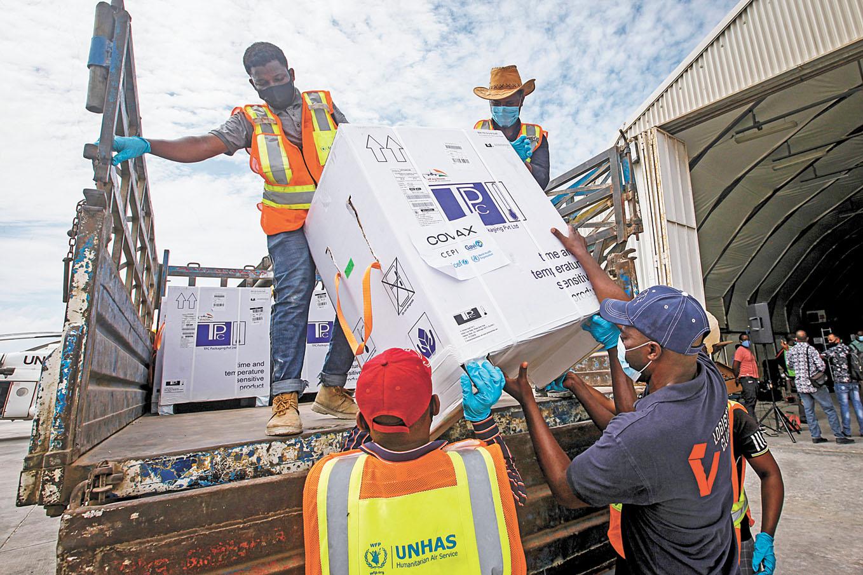 通過全球COVAX計劃提供疫苗抵達索馬里摩加迪沙機場。美聯社