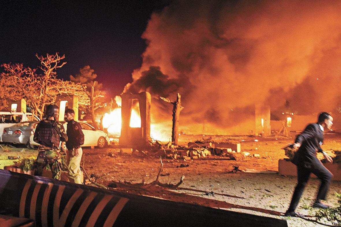 巴基斯坦一家五星級酒店發生爆炸,多架汽車起火,造成最少4人死亡12人受傷。爆炸聲巨大,酒店和附近一些建築物玻璃被震碎。路透社