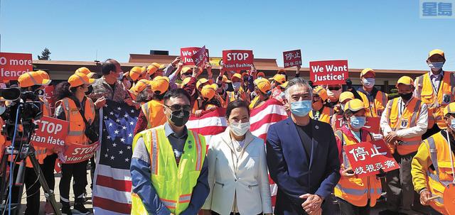 密爾勃雷市議員馮嘉輝在密爾勃雷市政廳發起大規模反仇視亞裔集會遊行。左為聖馬刁亞太裔黨團主席、前密爾勃雷市長李偉忠(Wayne Lee)、中為加州副州長康伊蓮、右為市議員馮嘉輝。記者李兆庭攝
