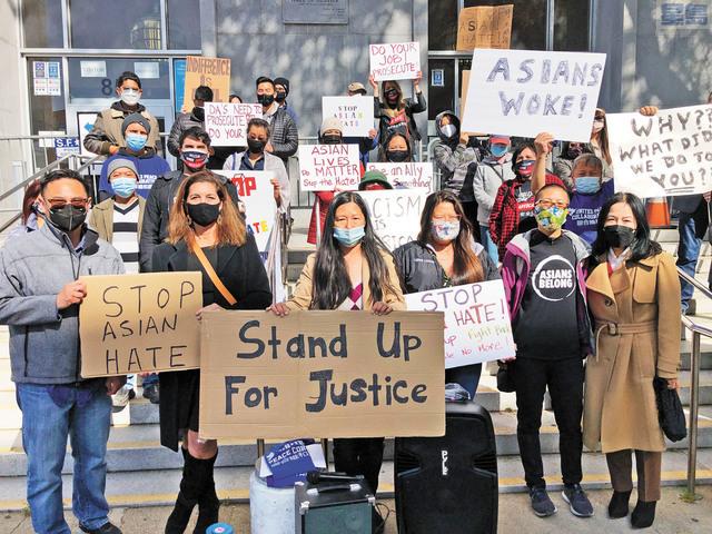 多個社團齊聚司法大廳外支持廖伯和其他亞裔受害人。記者彭詩喬攝