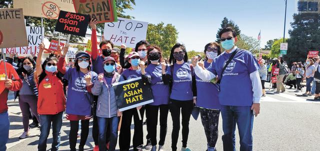 本報眾員工參與遊行支持亞裔,由美西版社長兼總編輯梁建鋒(右一)為首到場助陣。記者李兆庭攝
