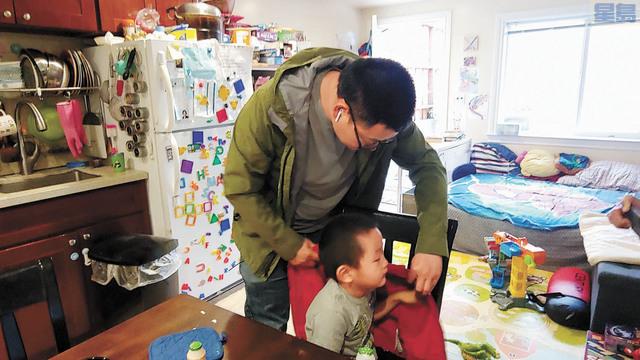 章泰樺為兒子James穿上外套準備出門上學。記者李兆庭攝