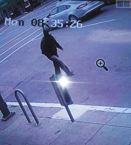 該案嫌犯在當天經過8街與委士打街(Webster St)交界處時被監控攝像拍下的影響。受訪者提供