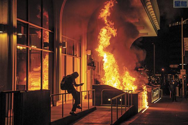 屋崙周五晚抗議警暴,有示威者放火。美聯社