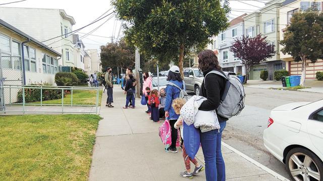 眾多幼稚園學生和小學生排隊進入校園。記者李兆庭攝