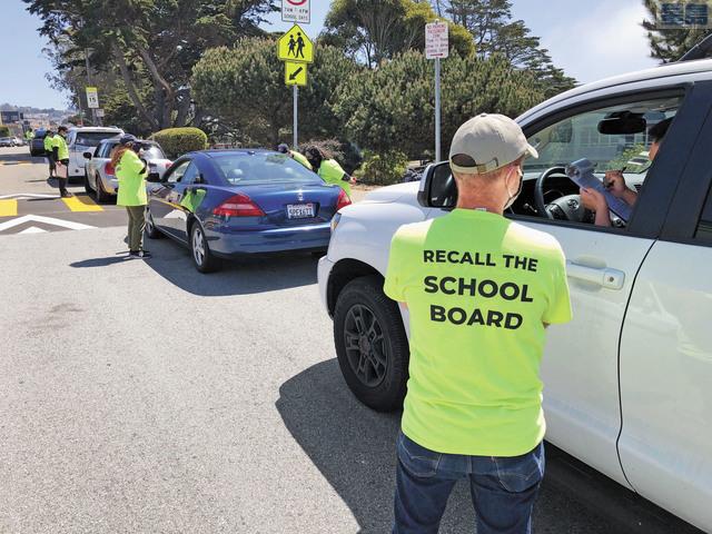 志願者在路旁向駕車者徵集請願簽名。     圖片由受訪者提供