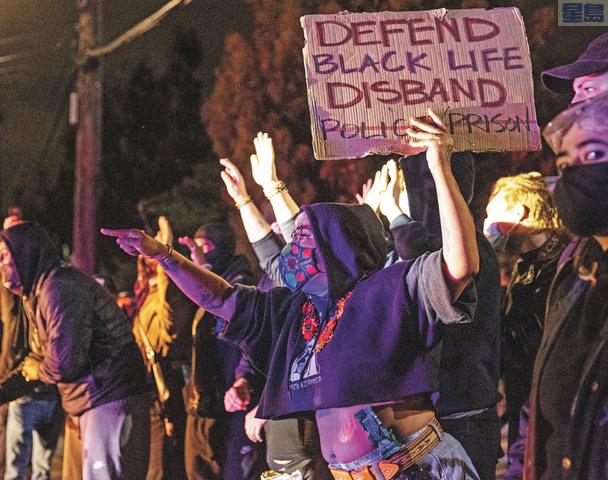示威者向警察叫罵。美聯社