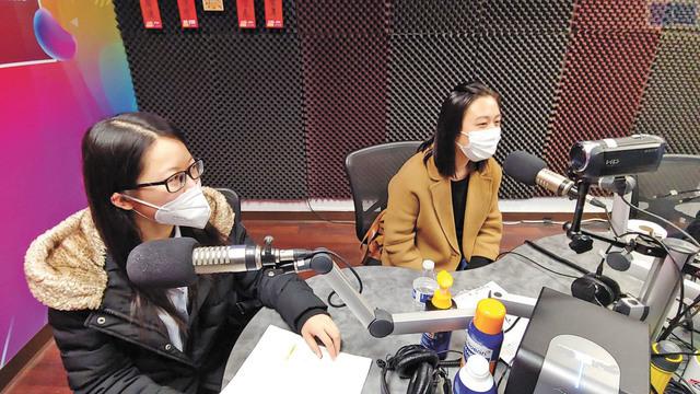 華協中心社區組織員趙曉燕(右)和馮朗舒上星電台為市民解釋加州租金援助計劃重要事項。記者李兆庭攝