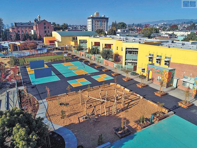 綠色操場俯瞰圖,劃分為多樣化區域供學生使用。屋崙聯合校區提供