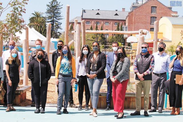 屋崙聯合校區學監莊臣-特萊梅(前排左三)與參與到該項目的社區組織代表合影留念。記者張曼琳攝