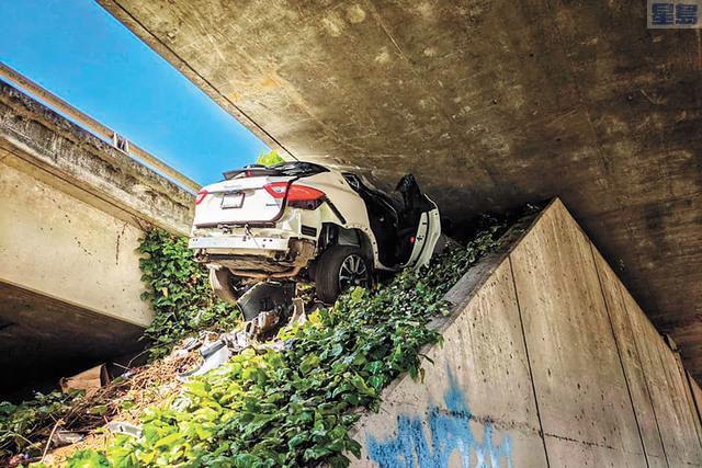 夾在公路天橋底的瑪莎拉蒂。加州公路巡警/美聯社