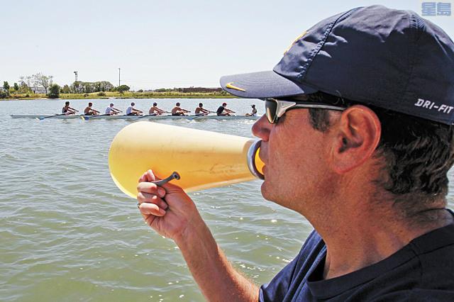 划艇國家隊教練特迪2012年在屋崙入海口指導隊員。美聯社資料圖片