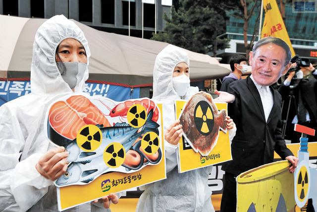 圖為日前韓國首爾民眾在日本使館附近示威,譴責日本政府決定將福島核廢水排出大海。美聯社