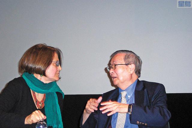 王冀(右)2012年於中國電影「紅色娘子軍」在美放映後,接受學術界訪問。維基百科