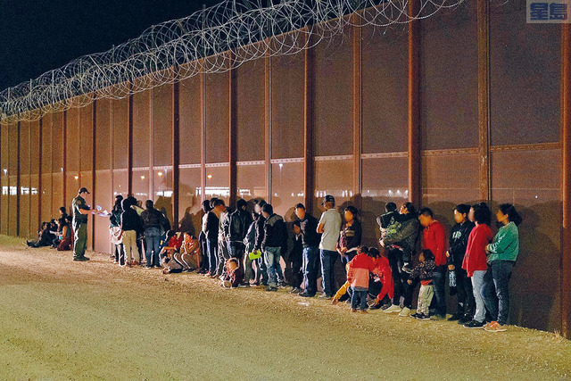 拜登政府在維持前朝接收難民數量遭批評後,急改政策。白宮新聞發言人宣布,拜登將在5月公布新的接收數量。資料圖片