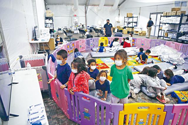 ■上月政府扣留將近19,000名獨自偷渡美墨邊境的兒童,創下紀錄。此外,估計每周需要花6000萬美元安置看守所內的偷渡兒童。    美聯社