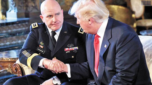 美國前國家安全顧問麥克馬斯特(左)認為,特朗普政府對中國採取強硬措施,拜登政府將會繼續。美聯社