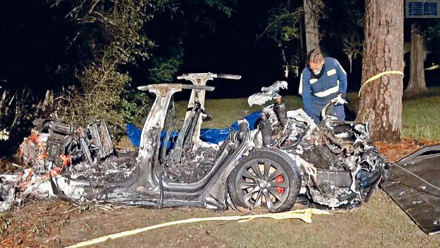 現場照片可見,整輛汽車完全焚毀,燒剩車架。    SCOTT J. ENGLE圖片