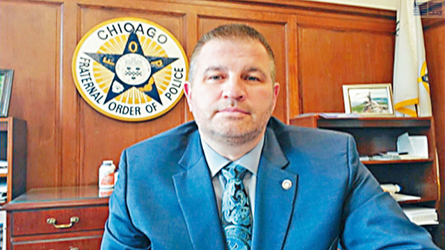 芝加哥警察工會主席卡坦扎拉上電視聲援擊斃13歲男童的同袍,指情況千鈞一髮開槍,完全合理。電視屏幕截圖