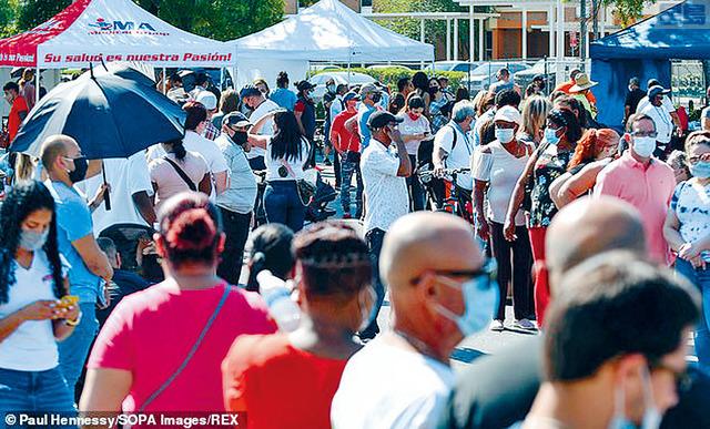 ■奧蘭多的一家超巿的停車場內,巿民排隊輪候接種疫苗。REX圖片