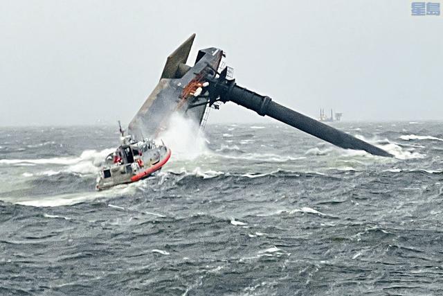 ■路易斯安那州對出的墨西哥灣,一艘商船因颶風翻側,多人落海失蹤。海岸警衛隊救起6人,搜獲1具屍體,其餘12名失蹤者仍生死未卜。    美聯社