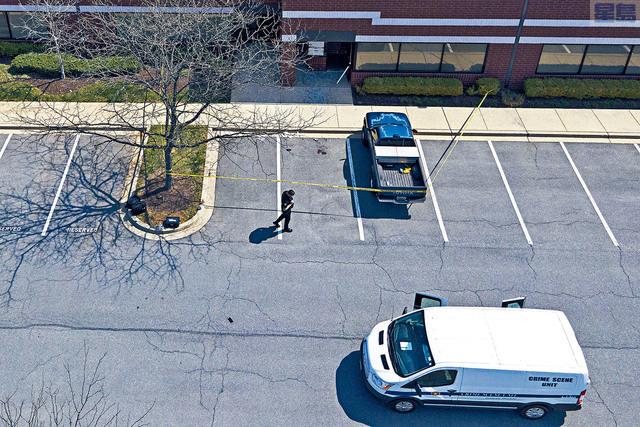 ■馬里蘭州德特里克堡軍事基地附近發生槍擊案,一名海軍軍醫持步槍槍傷2名士兵,其後被警方擊斃。圖為警方擊斃疑犯的停車場。    美聯社