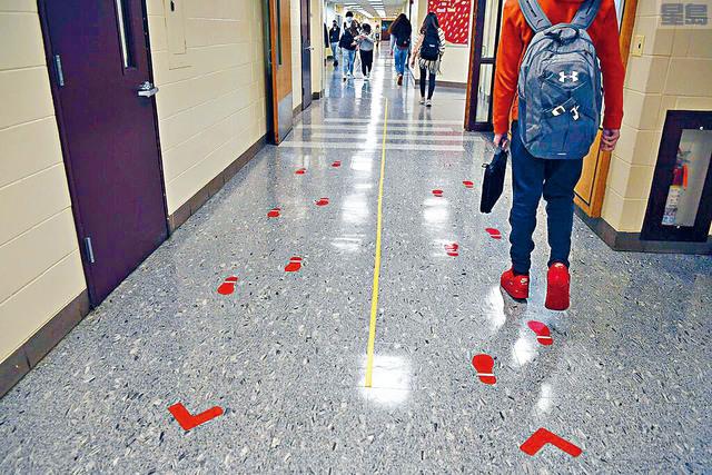 ■政府的一項調查發現,即使更多學校重新授課,但大部分學生沒有返回校園。圖為康涅狄格州溫莎洛克斯溫莎洛克斯高中地板上的標記,提醒保持行走距離。    美聯社