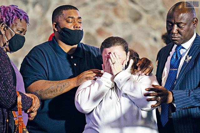 ■20歲死者懷特的媽媽(中),促請法庭比照2017年一宗非裔男警誤殺白人女子案例,加重對女警控罪。    美聯社