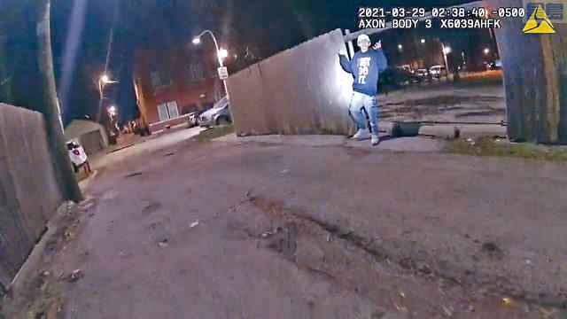 ■當局公開錄影片段,從中可見13歲男童托萊多並未持有武器,而且死前高舉雙手。    美聯社