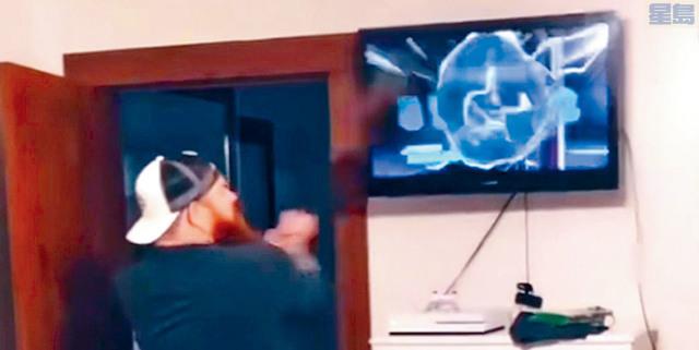 「網紅」父親亨斯利,開門看到女兒只顧打電動,用結他怒砸電視機。視頻吸引超過1200萬人次觀看。網上圖片