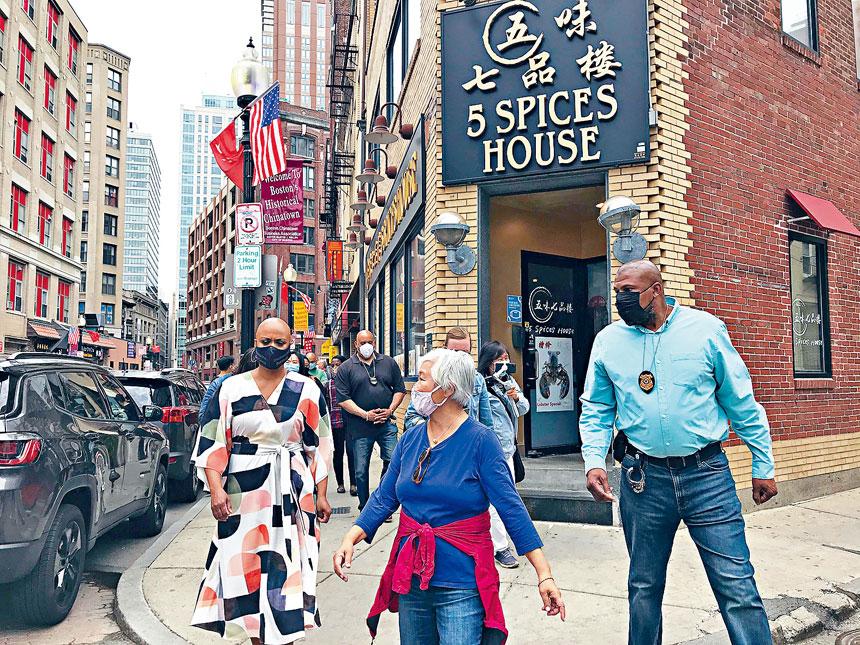 5月2日,國會眾議員阿仁娜.普斯利(Ayanna Pressley)(左)深入考察唐人街餐飲企業並動員其申請「振興餐館基金」。溫友平攝