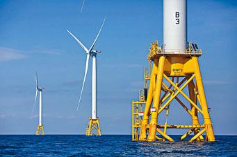 2016年8月15日,深水風(Deepwater Wind)的五台渦輪機中的三台站在美國第一座海上風電場羅德島州布洛克島(Block Island)附近的水中。美聯社