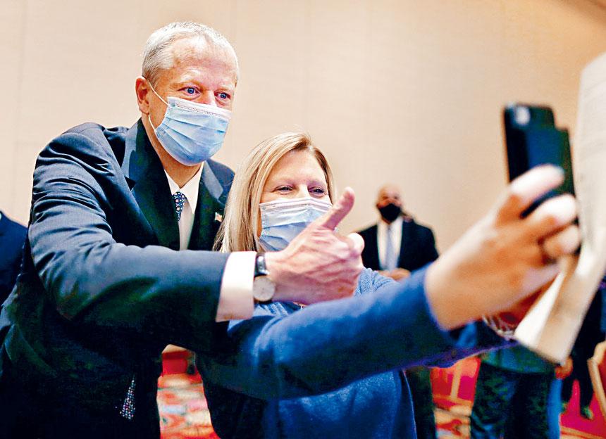 州長查理貝克與接種疫苗的居民合影並豎起大拇指。波士頓環球報圖