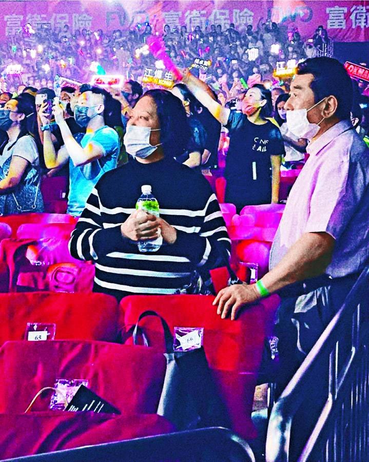 ■姜爸姜媽看演唱會為兒子打氣。
