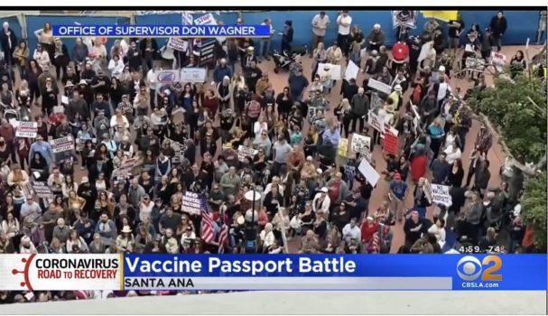 橙縣大規模抗議推動「疫苗護照」 指納粹法西斯主義強迫人民接種