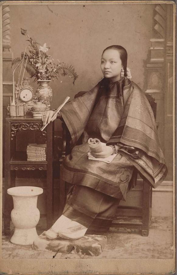 一名年輕的華裔女子穿著優雅的中國傳統服飾。杭亭頓圖書館官網