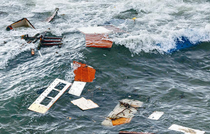 加州聖地牙哥消防局說,一艘懷疑運載偷渡客的船隻,2日上午在聖地牙哥對開海面因不敵大浪翻船並解體,導致3死27傷。    法新社