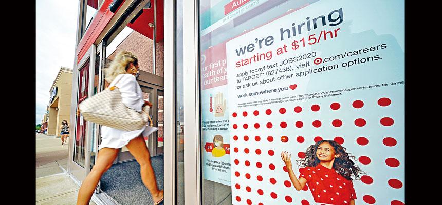 輿論批評,現在民眾領取失業金的收入多於工作收入。總統拜登就此回應並發出警告,稱任何領取失業金的人,若獲提供適合的工作必須接受,否則將失去他們的失業福利。圖為超市的招聘廣告。美聯社