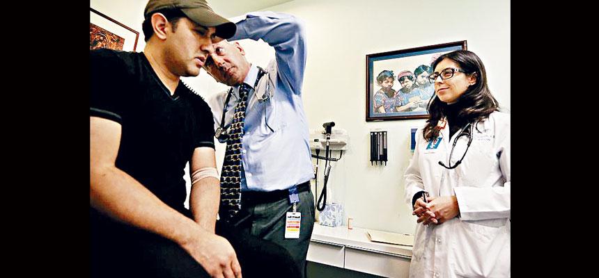 總統拜登廢除前任特朗普簽署的多項行政命令,其中影響較廣泛的措施,是移民申請來美時,需證明自己購有醫療保險。資料圖片