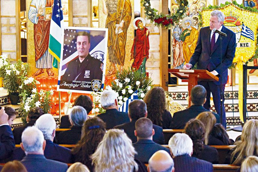 白思豪昨日出席紐約市警員查克斯(Anastasios Tsakos,音譯)的葬禮後宣布支持「車禍受害者權利和安全法」。