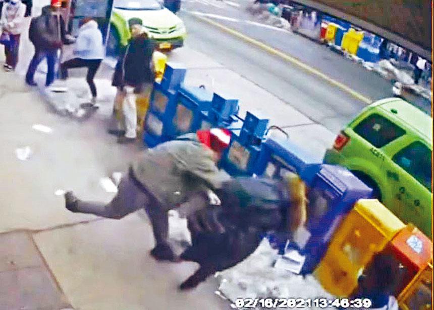 馬泰奧在法拉盛金陵麵包西餅店前,把陳楊莉莉推倒在地。資料圖片