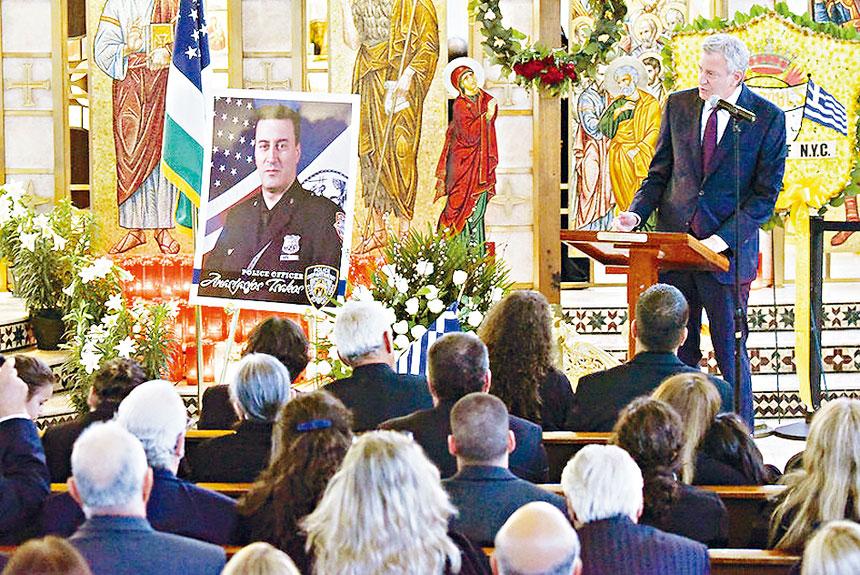白思豪參加警探Anastasios Tsakos的葬禮。