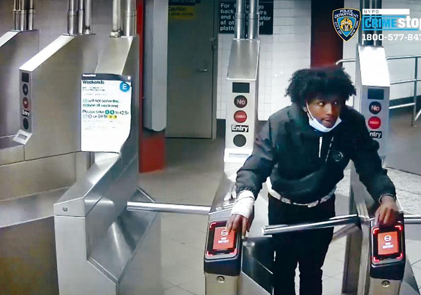 圖為在逃的一名涉案人員。NYPD